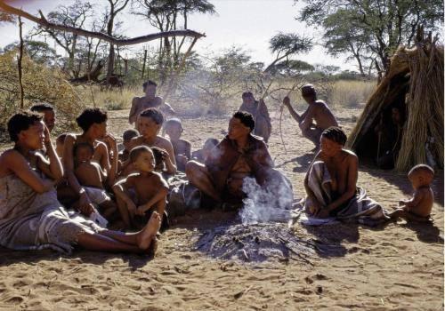 Große San-Familie am morgendlichem Lagerfeuer