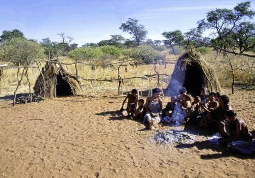 San-Großfamilie am Lagerfeuer