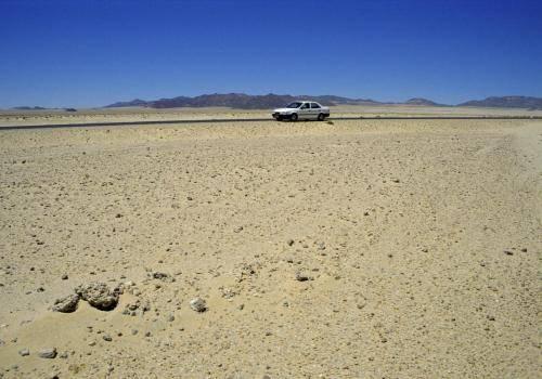 Wüstenlandschaft mit Weg nach Lüderitz