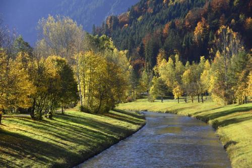 Herbstliche Flußlandschaft bei Oberammergau in Oberbayern