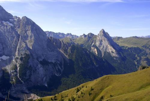 Der Bindelweg mit Blick zu den Ausläufern Marmolada