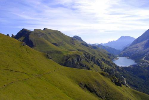 Der Bindelweg mit Sicht zum Fedaiasee und in die Civetta