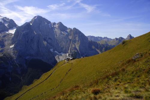 Der Bindelweg mit Sicht zur Marmolada und zur Rif.Viel del Pan