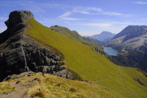 Der Bindelweg mit Sicht zur Marmolada, Fedaiasee und im Vordergrund der Sas da Ciapel