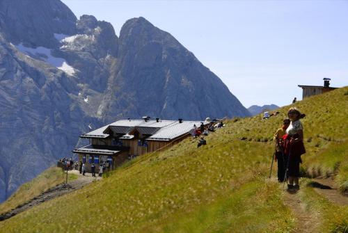 Der Bindelweg mit Blick zu den Ausläufern der Marmolada und im Vordergrund die Rif.Viel del Pan