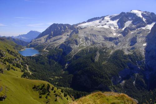 Der Bindelweg mit Blick zur Marmolada und Fedaiasee.