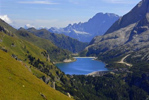 Der Bindelweg mit Blick zum Fedaiasee und in die Civetta
