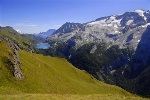 Der Bindelweg mit Sicht zur Marmolada und Fedaiasee