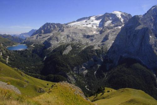Der Bindelweg mit Blick zur Marmolada und Fedaiasee