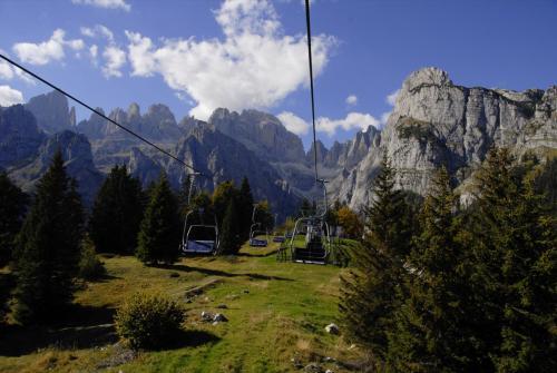 Sesselbahn zur Rifugio La Montanara auf der Pradel-Hochebene mit herrlichen Blick in das Herz der Brenta. Italien (UNESCO Weltnaturerbe)
