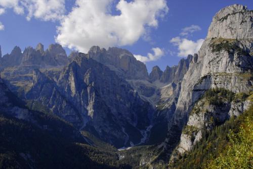 Auf der Pradel-Hochebene Nähe Moven im Trentino mit traumhaften Blick in das Herz der Brenta. Italien (UNESCO Weltnaturerbe)