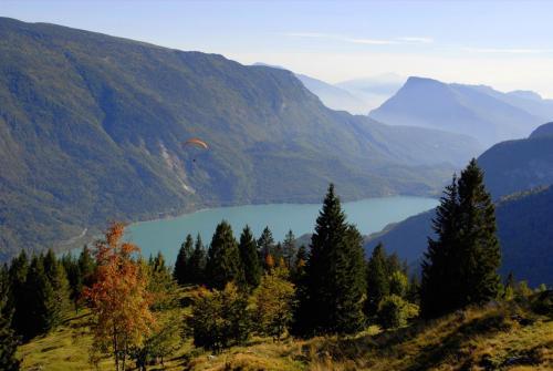Auf der Pradel-Hochebene mit Blick zum Movenosee in der Urlaubsregion Paganella-Brenta-Dolomiten im Trentino (UNESCO Weltnaturerbe).