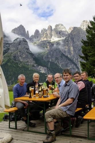 Bergsteigergruppe in der Rifugio La Montanara auf der Pradel-Hochebene mit traumhaften Blick in das Herz der Brenta.Trentino (UNESCO Weltnaturerb).