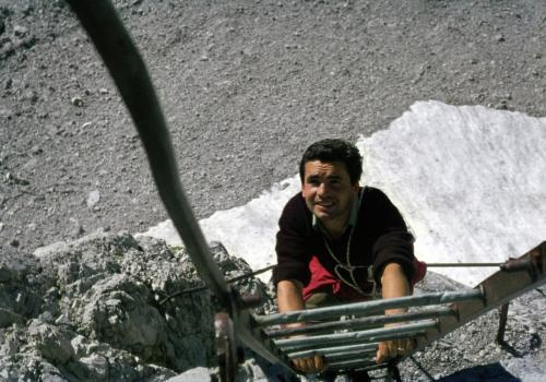 Bergsteiger im Klettersteig des Bocchetta dei Due Denti Nähe Rif. Agostini in der Brenta, Italien