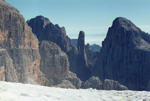 Unterhalb des Gipfels der Cima Tosa, hat man diesen Blick zu der berühmten Felsnadel der Campanile Basso, Guglia di Brenta.Italien