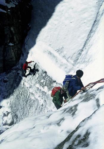 Bergsteiger in einer Eisrinne des Klettersteigs Sentiero delle Bocchette Alte unter der Cima Brenta, Italien