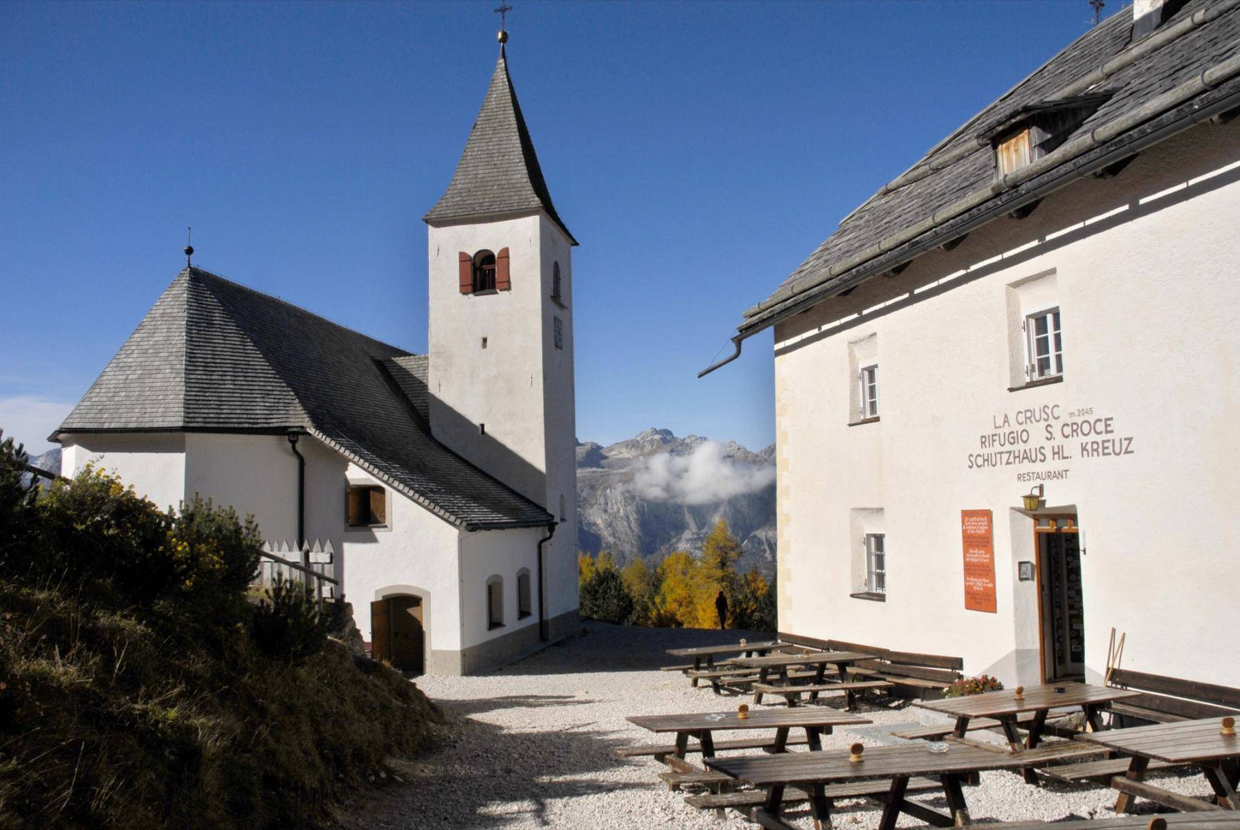 Schutzhaus Heiligkreuz mit Kirche