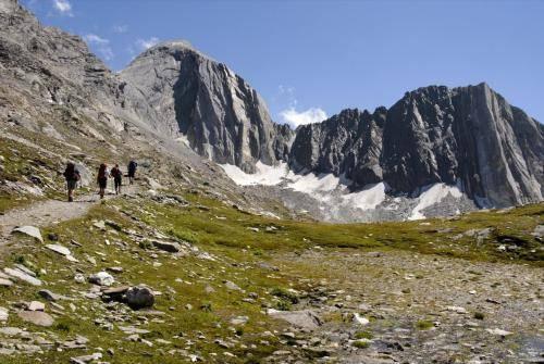 Aufstieg im Pfossental zum Eisjöchl auf 2895m im Vordergrund eineWandergruppe, Meraner Höhenweg