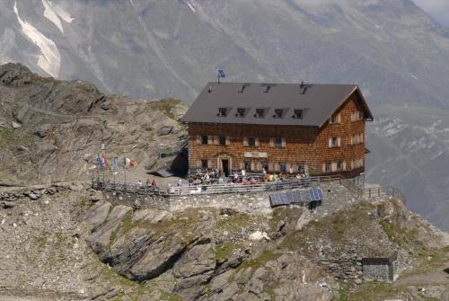 Die Stettiner Hütte auf 2875m unterhalb des Eisjöchls am Übergang vom  Pfossental ins Pfelderer Tal am Meraner Höhenweg.