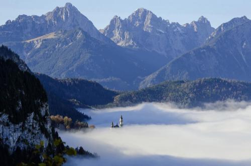 Schloß Neuschwanstein im herbstlichen Morgennebel