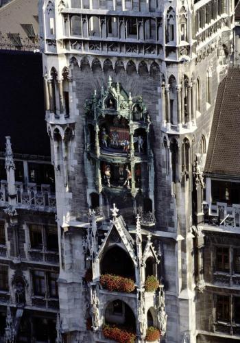 Fassade und Glockenspiel des Neuen Rathauses