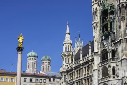 Rathaus mit Frauenkirche und Mariensäule in München