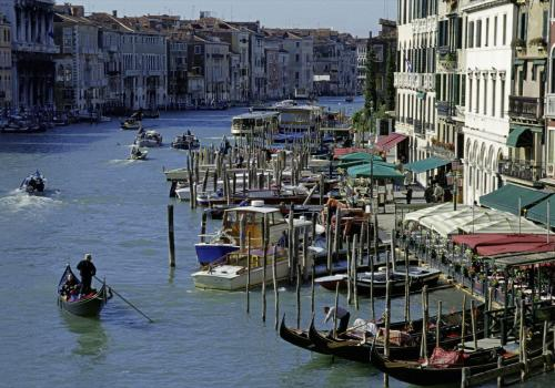 Boote, Gondeln und Umgebung auf dem Canale Grande in Venedig