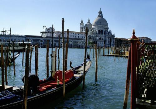 Gondeln und Umgebung auf dem Canale Grande in Venedig