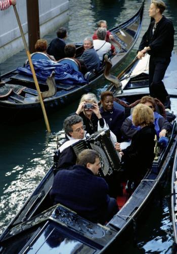 Gondeln auf dem Canale Grande in Venedig