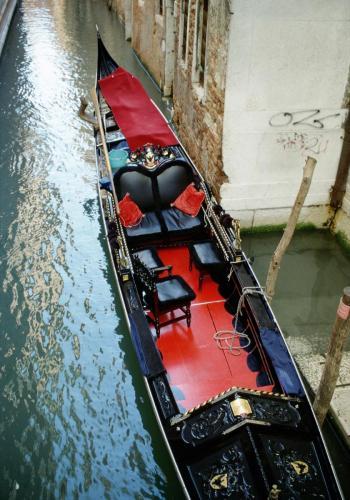 Edle Gondel in einem Seitenkanal in Venedig
