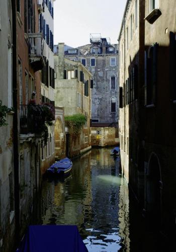 Nebenkanal mit alten Häusern in Venedig