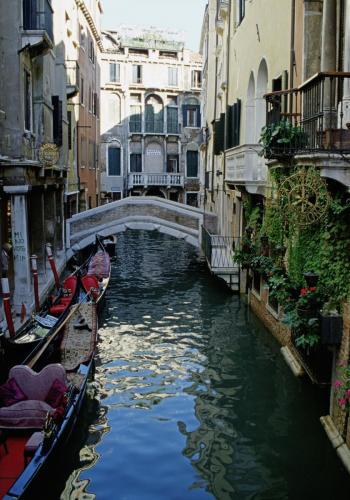 Nebenkanal mit Häusern und Gondeln in Venedig