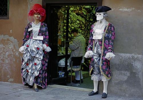 Kostümierte Puppen vor einem Souvenirladen