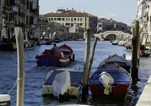 Boote auf einem Kanal in Venedig