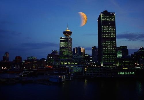 Halbmond über der Skyline von Vancouver im Abendlicht, Kanada
