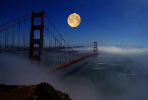 Mond über der Golden Gate Brücke