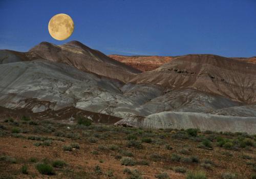 Vollmond über einer Wüstenartigen Landschaft in USA