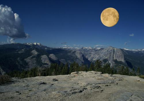 Vollmond über dem Yosemite Nationalpark im Hintergrund der Half Dome