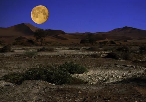 Vollmond über der Namibwüste