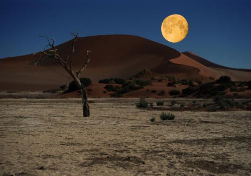 Vollmond über Sossusvleiin der Namibwüste