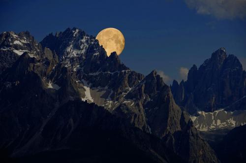 Die Sextner Sonnenuhr, rechsts der Zwölferkogel bei Nacht im Mondlicht