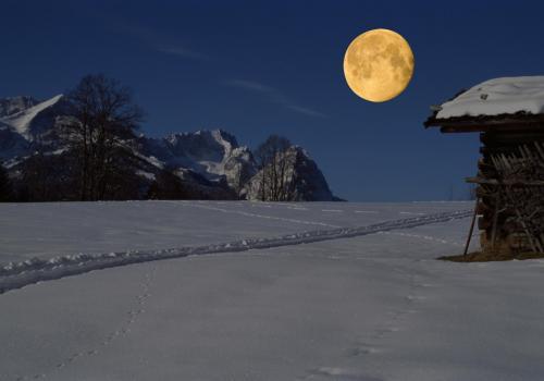 Mond über der Zugspitze im Winter