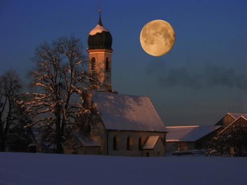 Mond über der Leonhardikapelle