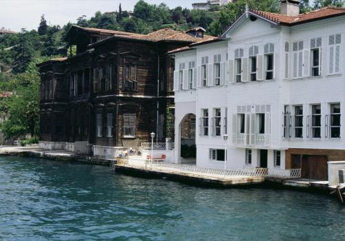 Alte Holzhäuser entlang des Bosporus