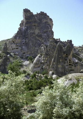 Bei Göreme, im Hintergrund ein großer Tuffsteinfelsen