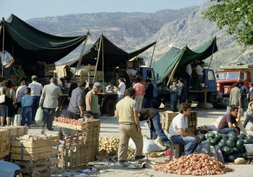 Menschen auf türkischem Gemüsemarkt