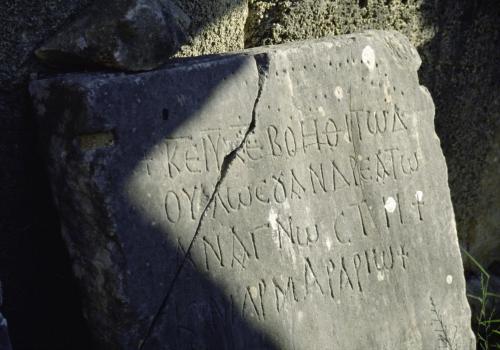 Alte Inschrift auf einer Felstafel in Olympus, Griechenland