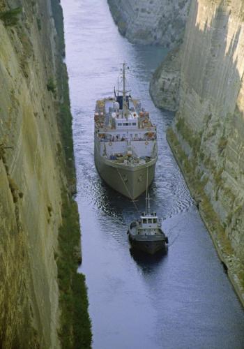 Passagierschiff auf der Straße von Korinth, von einem Schleppkahn gezogen, Griechenland