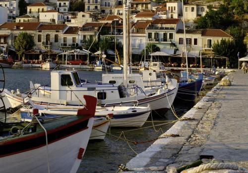 Fischerboote in einem Hafen, Griechenland Samos