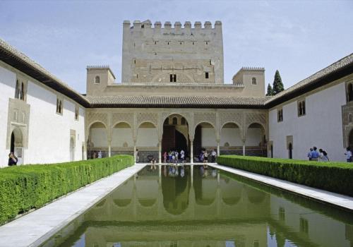 Innenhof in der Alhambra mit ihren maurischen Kunstwerken an den Arkaden bei Granada, Andalusien